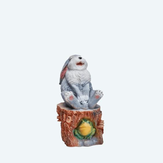 Заяц веселый на пне