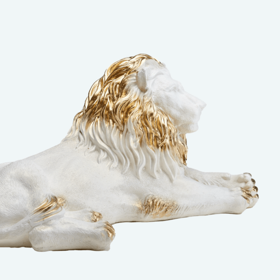 Лев лежа белый